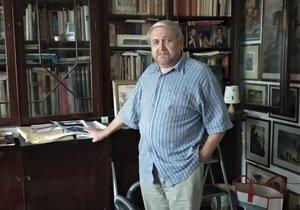 Pan Rotkovský se svou přeplněnou knihovnou