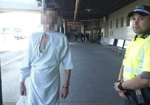 Muž měl na sobě jen nemocniční košili a pantofle.