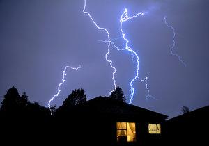Přívaly deště se ve čtvrtek při bouřkách zastaví až na 50 mm