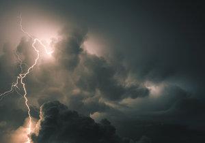 Během odpoledních hodin se budou opět vytvářet lokální přeháňky nebo bouřky, a to zejména na Moravě a ve Slezsku. Bouřky mohou být ojediněle doprovázené zesílením větru na rychlost 70 km/h a přívalovým deštěm.