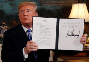Donald Trump ukazuje prezidentské memorandum, v němž oznamuje svůj úmysl odstoupit od jaderné dohody s Íránem.
