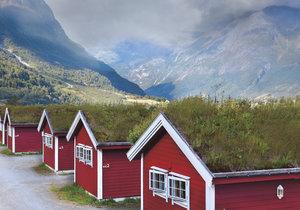 Červené domky se zelenou střechou