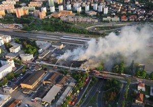 Zásah u požáru haly v pražské Hostivaři byl obrovský.