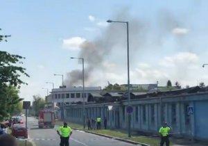 V Hostivaři znovu hořelo. Požár vznikl nedaleko haly, kde hasiči zasahují od včerejška