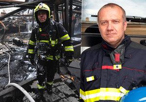 Obvykle se musí Martin Kavka, stejně jako zasahující hasiči, prodírat plameny.