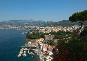 Italské Sorrento se stalo dějištěm děsivého hromadného znásilnění britské turistky.