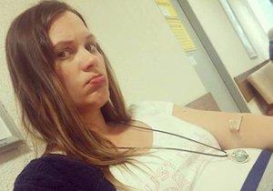 Zničená a těhotná Kristýna Leichtová v čekárně na testy na cukrovku.