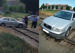 Ve vlakovém kolejišti nedaleko Tkalcovské ulice v Brně, které se snažil nepochopitelně přejet, uvízl řidič v octavii.