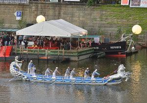Na Vltavě se v Praze slaví svatojánské slavnosti. Po hladině řeky plují benátské gondoly.
