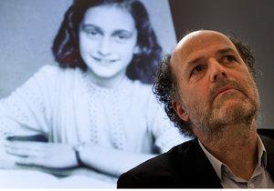 Experti rozluštili dvě zakryté stránky deníku Anne Frankové. Výsledky představil ředitel Domu Anne Frankové Ronald Leopold.