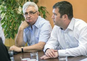 Předseda Senátu Štěch (vlevo) a předseda ČSSD Hamáček (vpravo) mají rozdílné představy o účasti ve vládě.