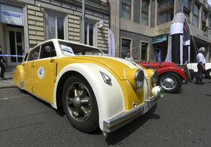 V centru Prahy se sjely luxusní staré automobily.