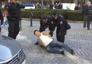 Vyhrocený zásah strážníků městské policie. Muži nasadili pouta a dovlekli ho do auta.