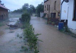 Přívalové deště zaměstnaly hasiče na Tachovsku, v Bezemíně natekla voda do rodinného domu.
