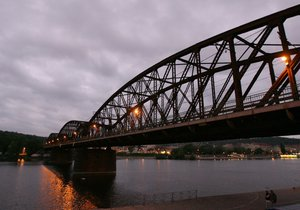 Železniční most spojuje Výtoň se Smíchovem.