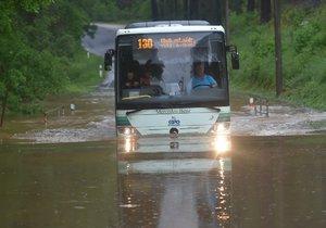 Karlovarský kraj zasáhly silné bouřky. Přívalový déšť místy zatopil sklepy, ale i silnice nižších tříd na Chebsku (24. květen 2018)