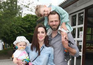Lukáš s manželkou a dětmi