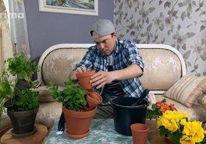 Nemáte místo na květináče s bylinkami? Vyrobte si dvoupatrový, do kterého můžete zasadit hned tři druhy.