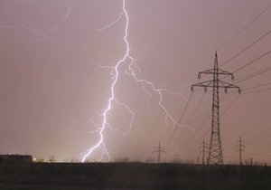Večer přijdou od západu silné bouřky s krupobitím.