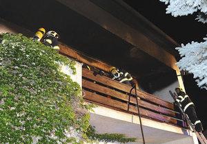 Požár v Hrdlořezech: Hasiči v domě našli mrtvého psa, zachránili dvě osoby