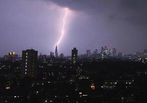 Fascinující podívaná: Londýnský mrakodrap The Shard, v překladu Střep, osvětlený bleskem