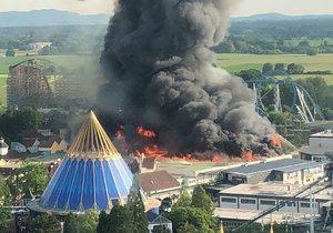 Zábavní park v Německu zasáhl ničivý požár. Evakuováno bylo 25 000 návštěvníků