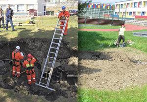 Kráter, který se objevil začátkem dubna na zahradě školy na Černém Mostě, nechalo město zasypat zeminou.