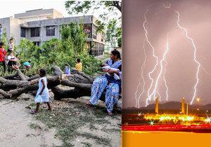 Během silné bouře v Indii zahynulo více než 50 lidí, monzunové deště způsobily záplavy, silný vítr vyvracel stromy.