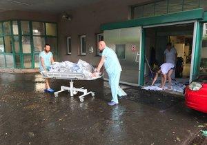 Přívalový déšť zaplavil vinohradskou nemocnici.