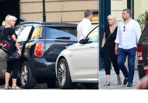 Dvojice se zamilovaně držela za ruce. Oba si zjevně potrpí na luxus.
