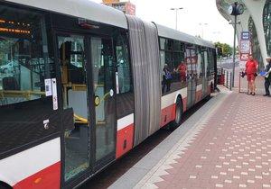 """Cestující i řidič v šoku. Žena (48) přišla k autobusu a """"vysklila"""" mu dveře"""
