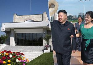 Dobře udržovaná zahrada plná květin, černý mercedes, velká okna a minimalistický styl, který tak vyhovuje komunistickém režimu - takto bydlí známý severokorejský vůdce Kim Jong Un.