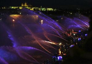 Hasiči předvedli na Vltavě velkolepou show.