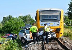 Srážka vlaku a osobního auta v Chrástu u Plzně. Řidič auta nepřežil.