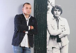 Pavel Novák ml. s fotografií otce, s jehož písničkami koncertuje po republice.