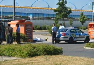Mrtvý muž na Černém Mostě! Z kontejneru na textil trčely jen žluté tenisky