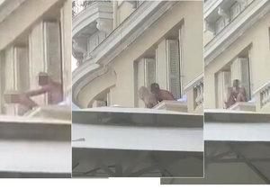 Nadržený pár si to rozdával na hotelovém balkónu, pod nimi probíhala zahradní párty