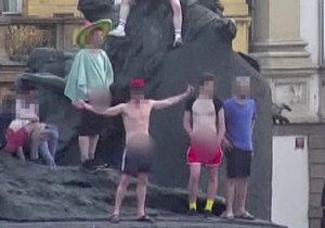 VIDEO: Parta »hejsků« se obnažovala na soše Jana Husa. Odnesla si ranec pokut