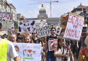 Po zvířecí svobodě chceme tofu v hospodě! křičeli vegani v ulicích Prahy. Průvodem bojovali za práva němých tváří
