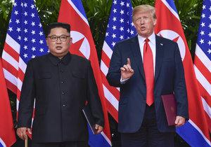 Donald Trump a Kim Čong-un se sešli v Singapuru na historickém summitu (12. 6. 2018)