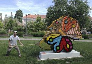 """Uměleckou instalaci Garden Butterfly na Ortenovo náměstí """"zdobí"""" síť."""