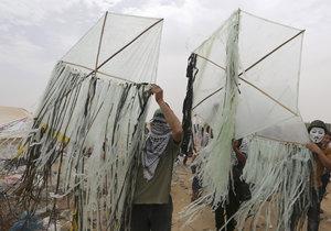 Létající draci napuštění hořlavinou jsou velice efektivní a levný způsob boje Palestinců proti Izraeli.