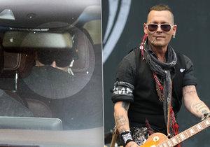 Pohublý Johnny Depp je v Praze! Vedla ho ochranka, v autě se schovával. Na pódiu ale už rozdával úsměvy