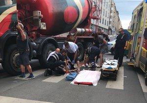 Ve Veletržní ulici srazilo nákladní auto chodkyni.