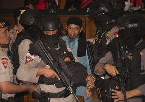 Ostře sledované vynesení rozsudku přimělo policii v indonéské metropoli k velké mobilizaci, podle agentury AP hlídalo soudní budovu několik stovek policistů.