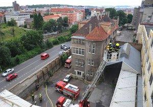 Hořelo v bývalé pekárně v ulici Ke Klíčovu.