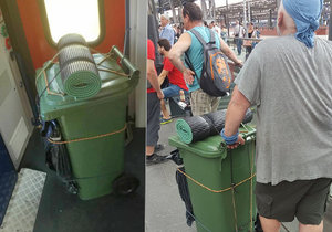 Muž cestoval s popelnicí.