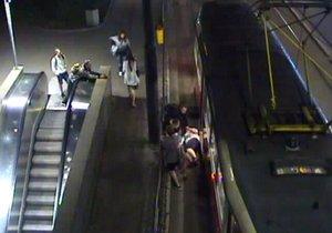 VIDEO: Výtržníci vykopli ženu (29) z tramvaje na Karlově náměstí! Vulgárně uráželi cestující, pak utekli