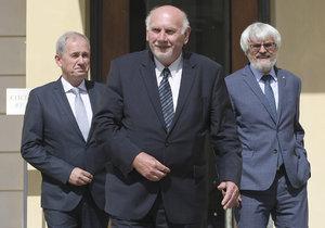 Předseda Nejvyššího správního soudu Josef Baxa, předseda Ústavního soudu Pavel Rychetský a předseda Nejvyššího soudu Pavel Šámal odcházejí 26. června 2018 ze setkání s prezidentem Milošem Zemanem na Pražském hradě
