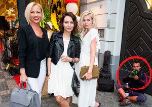 Mohla to být krásná fotka. Jenže Nikol Štíbrové, Martině Pártlové a Veronice Arichtevě ji zničil alkoholem zmožený vetřelec.